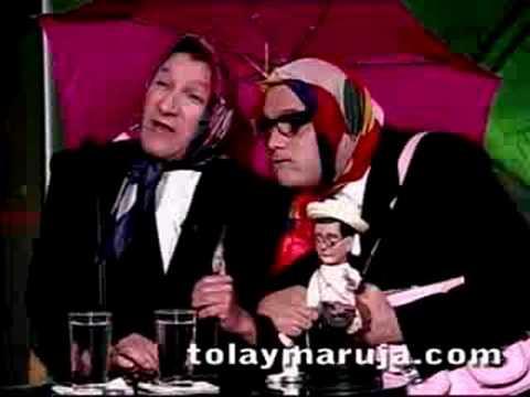 Tola y Maruja con un muñeco de Uribe